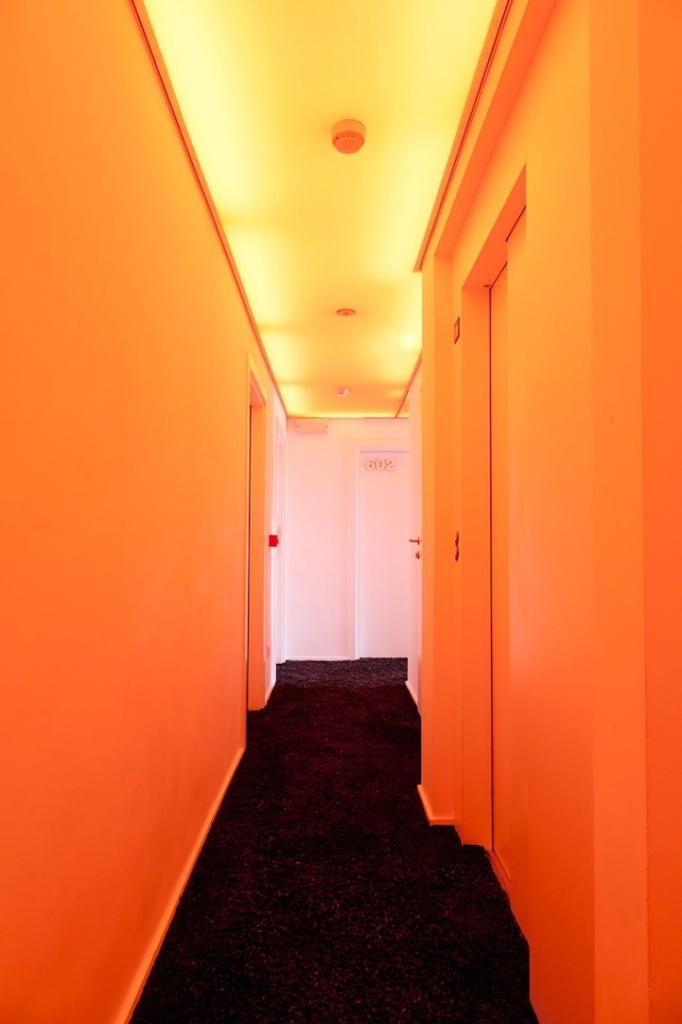 corredor-hotel-pantone-belgica