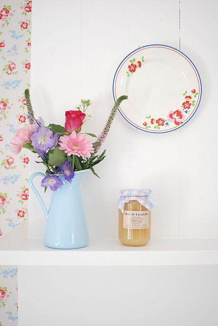 bule-azul-como-vaso-de-flores