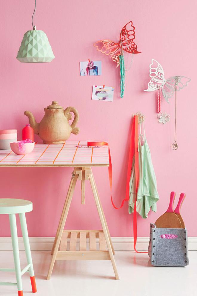 parede-rosa-objetos-cores-fortes