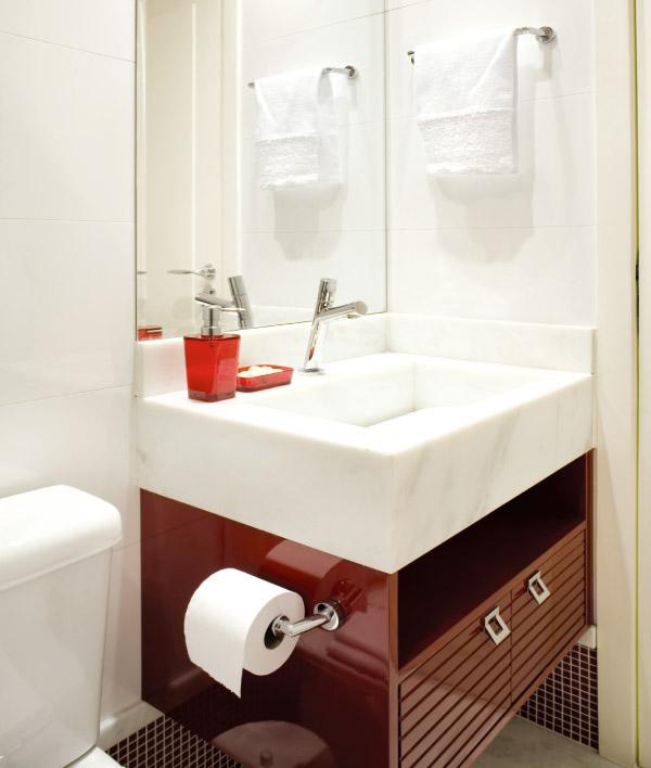 decoracao armario banheiro:Lateral do gabinete vira suporte para o papel higiênico