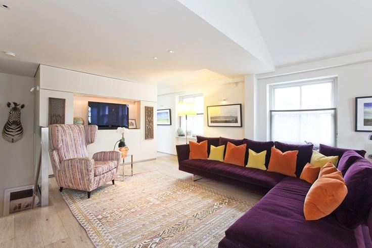 sofa-roxo-almofadas-coloridas