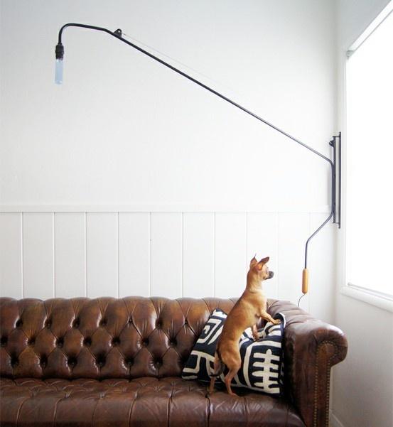 sofa-couro-almofada-branca