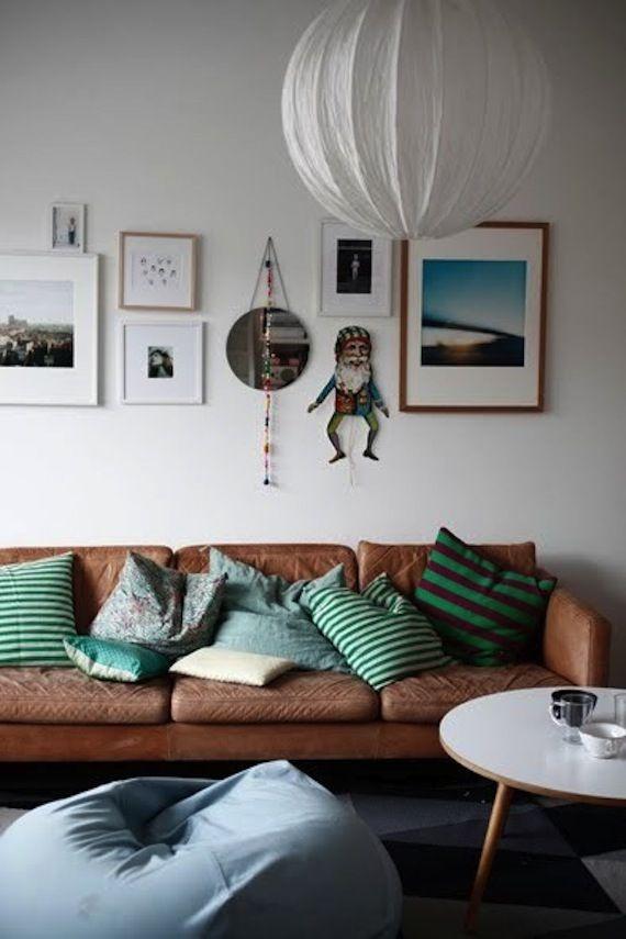 sofa-couro-almofadas-coloridas
