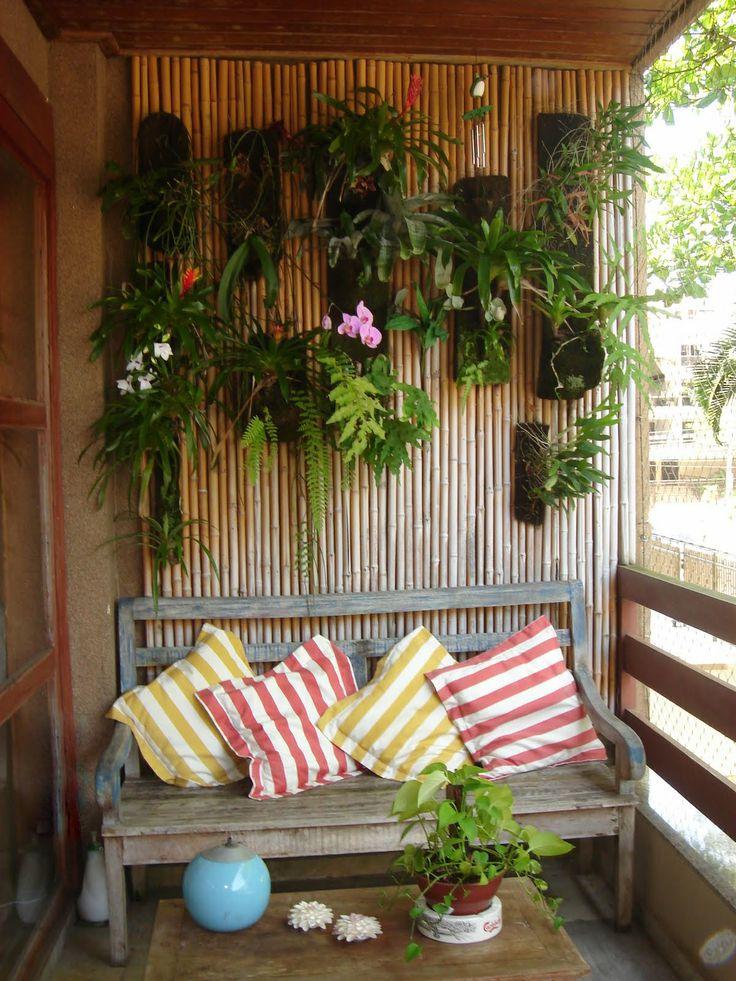 Banco e plantas na parede completam a decoração desta varanda