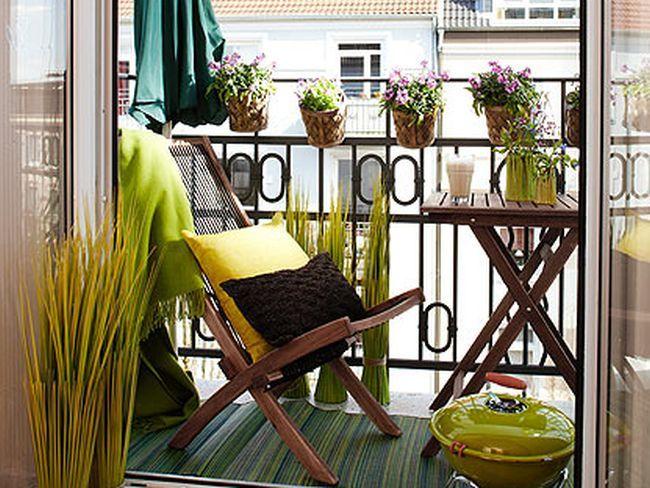 Verde é a cor predominante nesta linda varanda pequena