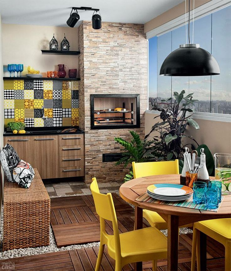 Varanda Gourmet com destaque para os azulejos coloridos na pia e cadeiras amarelas na mesa :)
