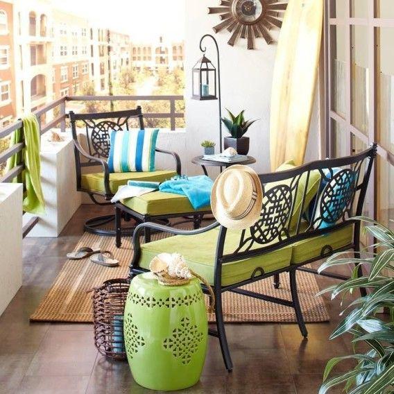 Cores claras e móveis pequenos deixam esta varanda aconchegante e ampla