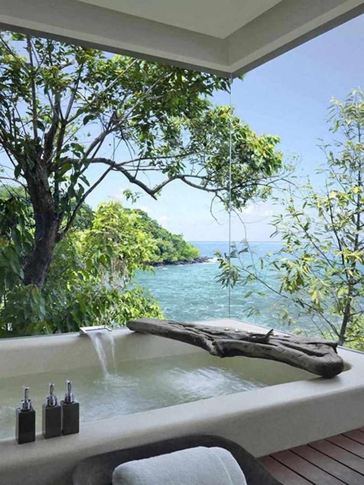 banheira-com-linda-vista-para-praia-e-mata