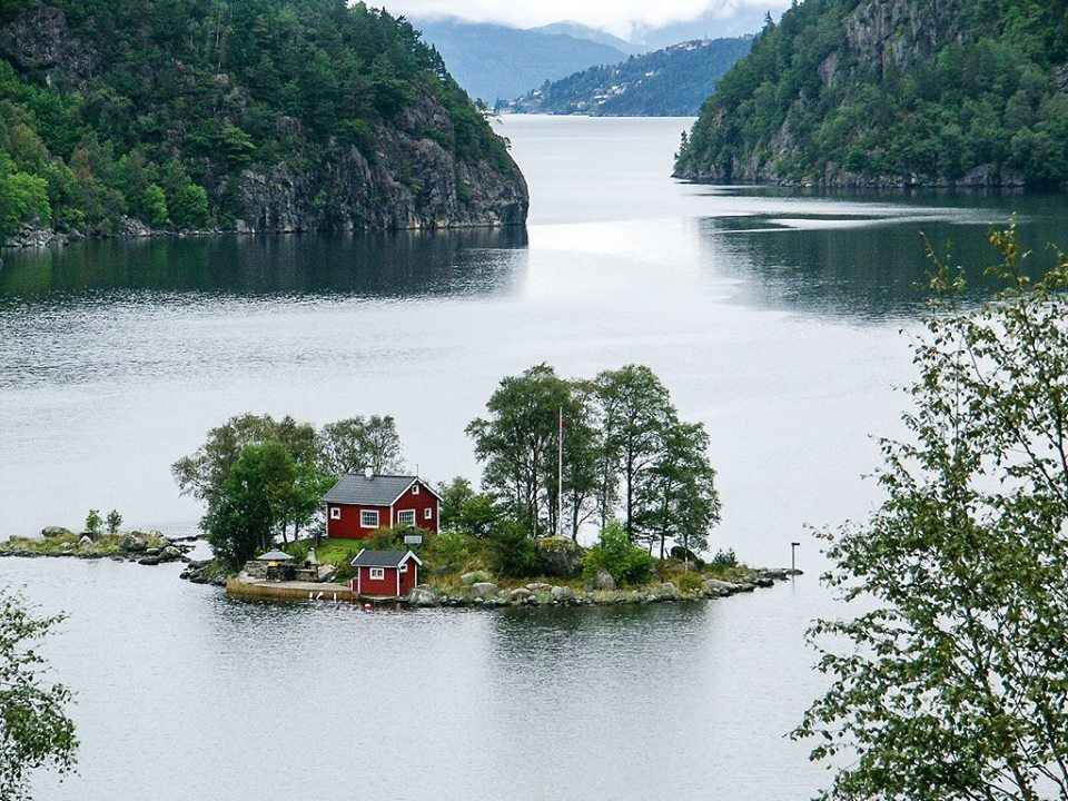 casa-ilha-lago-montanhas-geladas