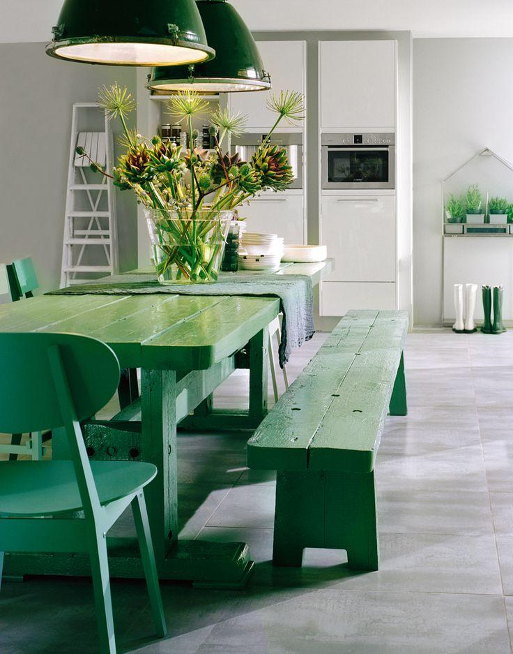 mesa-cadeira-banco-e-luminarias-verdes