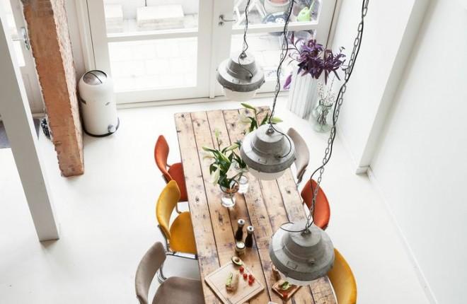 mesa-jantar-madeira-com-pendentes-altos