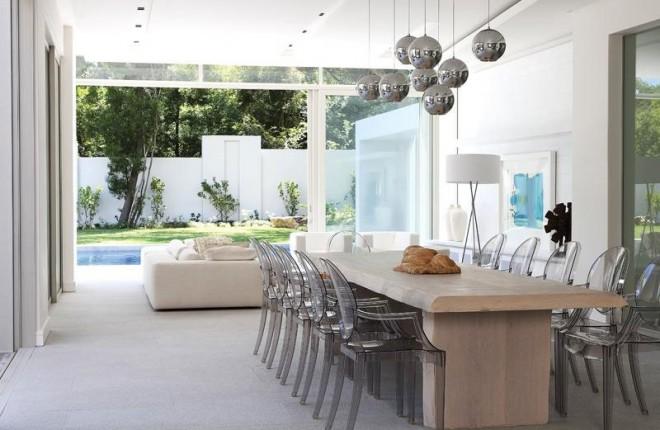 cadeiras-transparente-com-decoracao-cores-neutras
