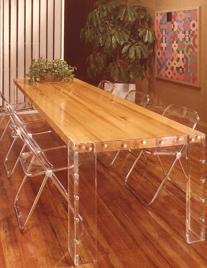 mesa-madeira-cadeiras-acrilico-transparente