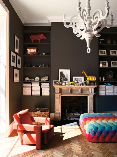 sala-com-paredes-pretas-e-moveis-claros