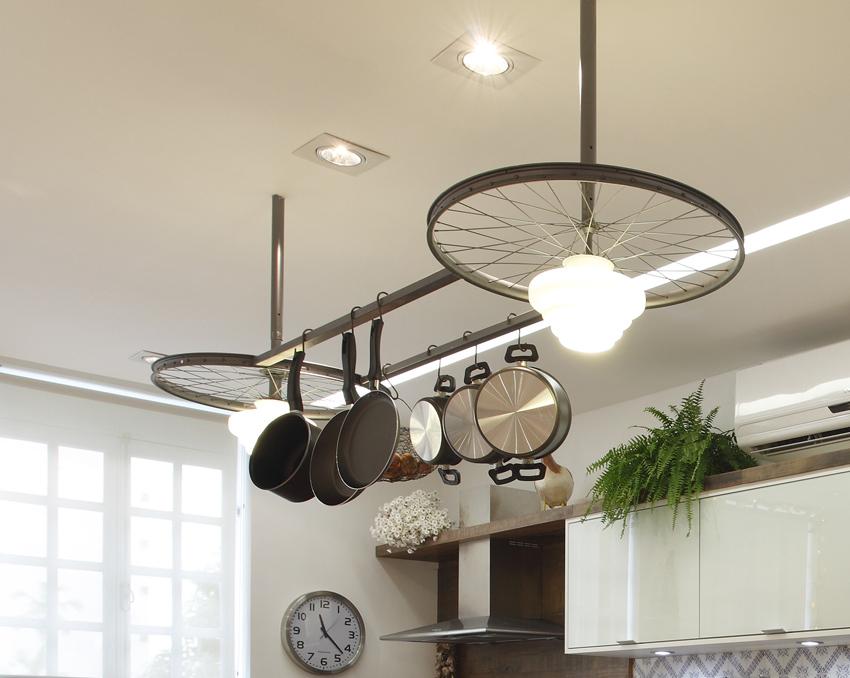 lustre-com-objetos-de-cozinha