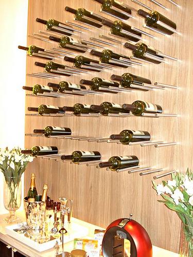 adega-de-vinho-moderna-na-parede