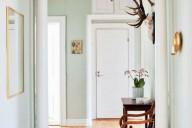 banquinho-de-madeira-no-corredor
