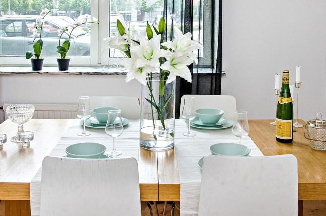 buque-flores-brancas-mesa-de-jantar