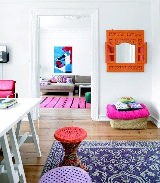objetos-coloridos-decoracao-sala-branca