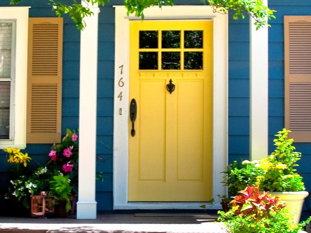 porta-amarela-muro-madeira-azul