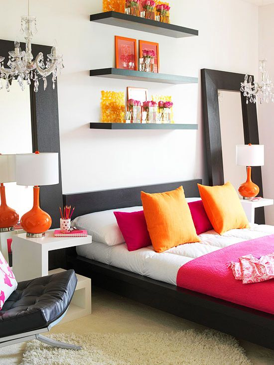 quarto-com-elementos-coloridos-decorativos