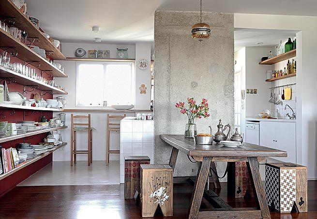 mesa-de-madeira-na-cozinha-moderna