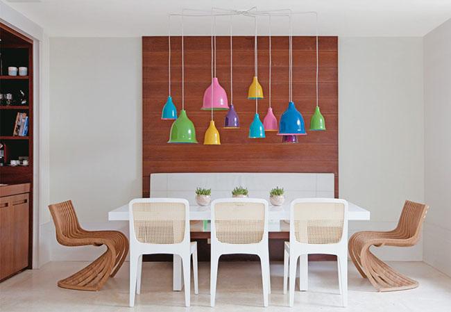 pendentes-coloridos-mesa-de-jantar-sobria