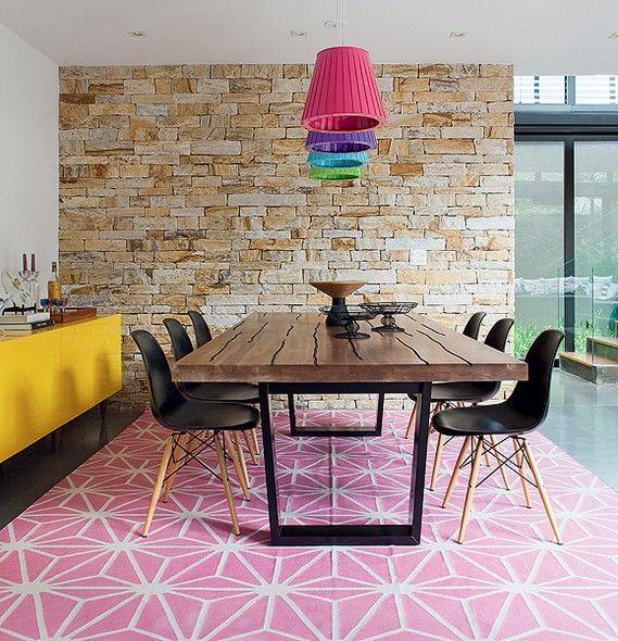 pendentes-coloridos-sob-mesa