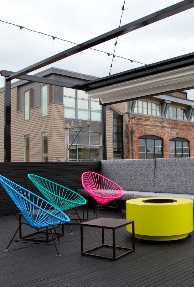 cadeiras-coloridas-na-varanda