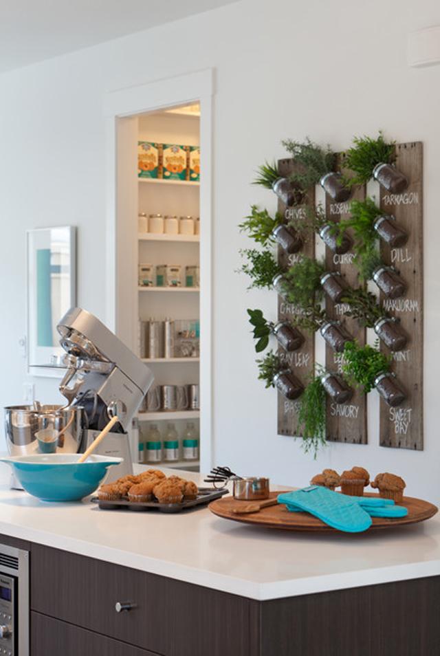 horta-vertical-caseira-na-cozinha
