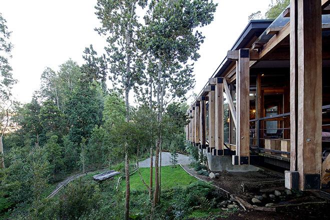 stacas-madeira-casa-sob-ponte