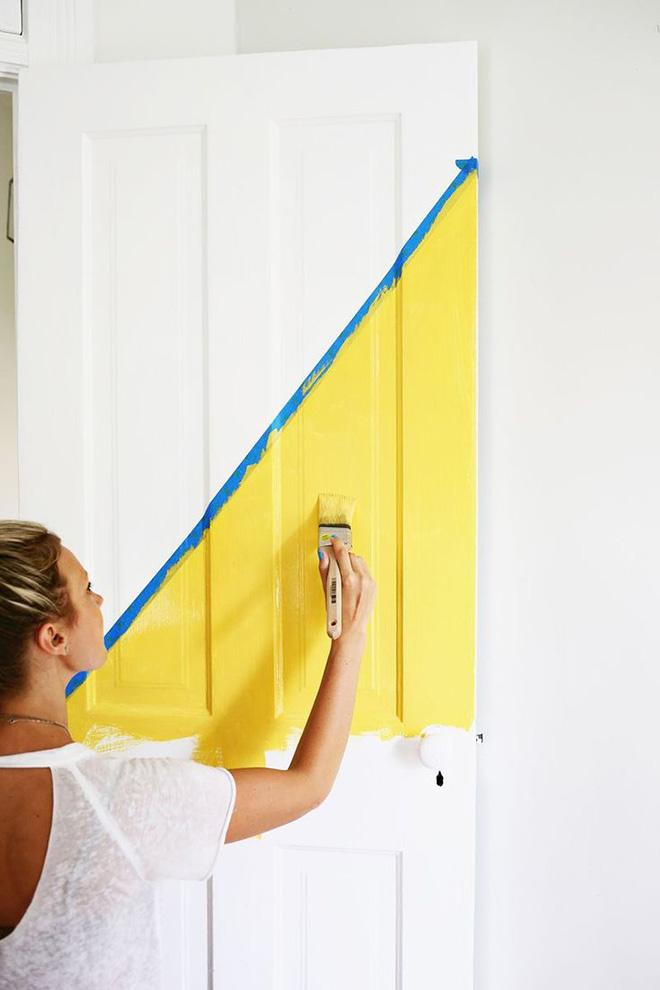 pintando-porta-branca-de-amarelo