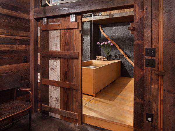 porta-correr-de-madeira-no-banheiro