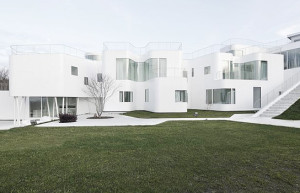 Uma casa futurista inteira branca